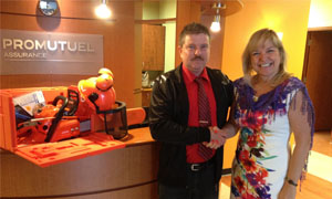 Our winner, Mr. Champagne, with Chantal Roy, a damage insurance agent at our Saint-Georges Est office.